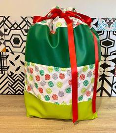 Et si cette année vous confectionniez une hotte de Noël en tissu pour placer tous les cadeaux au pied du sapin ou décorer votre intérieur à l'occasion des fêtes ? Ce tuto couture est gratuit. Occasion, Bags, Tutorial Sewing, Fume Hood, Fir Tree, Tutorials, Gifts, Sewing, Handbags