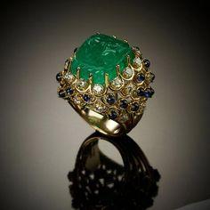Anello con smeraldo, zaffiri e brillanti