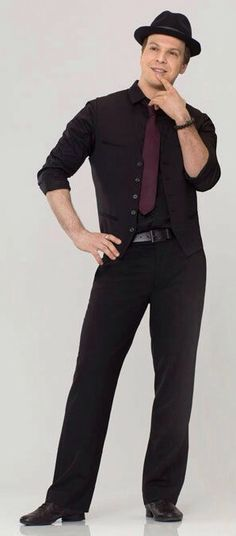 Gavin DeGraw, silly pose, however.... his body in that suit is amazing!