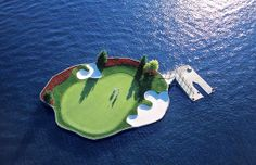 Floating golf green, Coeur d Alene Resort, Lake Coeur d'Alene, Idaho (© Coeur d Alene Resort)