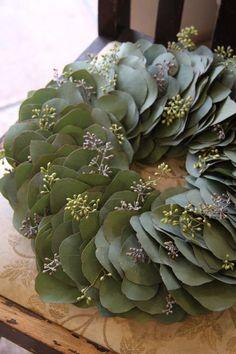~Eucalyptus-Krans via Belgian Pearls Wreaths And Garlands, Xmas Wreaths, Door Wreaths, Christmas Decorations, Wreath Crafts, Diy Wreath, Belgian Pearls, Eucalyptus Wreath, Seeded Eucalyptus