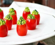 Cherry tomatoes stuffed with an avocado and basil mousse! (in French) Yummy Appetizers, Appetizers For Party, Entree Recipes, Healthy Recipes, Tomate Cocktail, Tapas, Zucchini, Avocado Mousse, Appetisers
