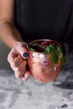 I love pomegranate liquor drinks, especially when whipping up Christmas alcohol recipes! This Pomegranate Moscow Mule re Strawberry Banana Milkshake, Strawberry Mojito, Pomegranate Cocktails, Pomegranate Juice, Liquor Drinks, Drinks Alcohol, Beverages, Moscow Mule Drink, Daisies