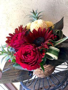【還暦祝いに贈る、真っ赤なバラとヒマワリのアレンジ】