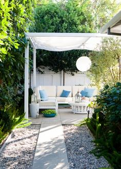 I love this outdoor area. It's simple, clean, and the color palette is so summertime in the Hamptons.