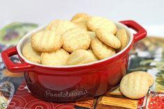 Esse biscoitinho é uma delícia! Eu amo! Tem o mesmo gosto de pão de queijo, afinal leva praticamente os mesmos ingredientes, mas com textura de biscoito. A receita rende uma assadeira grande ou dua…