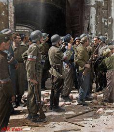 Powstańcy oglądający moment zatknięcia flagi polskiej na dachu gmachu PASTY. data wykonania: 20 sierpnia 1944 PASTA