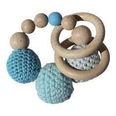 Gehaakte kralen rammelaar / bijtring in blauw. Deze handgemaakte rammelaar met houten kralen, ringen en gehaakte ballen in drie tinten blauw is prachtig natuurlijk baby speelgoed. Deze bijtring met de mooiste blauw tintjes is een heel leuk kraamcadeautje voor de baby jongens. Afmeting: 10x10 centimeter. Materiaal: Hout en gehaakt katoen.