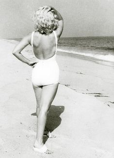 May: Marilyn Monroe and her husband Arthur Miller in Amagansett Beach in East Hampton, Long Island, photographed by Sam Shaw; for Look magazine. Style Marilyn Monroe, Rare Marilyn Monroe, Marilyn Monroe Photos, Hampton Beach, East Hampton, Vintage Hollywood, Classic Hollywood, Image Summer, Divas