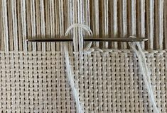 When to Use Which Finish – Yarnworker – Know-how for the rigid heddle loom - weaving patterns Weaving Textiles, Weaving Art, Tapestry Weaving, Loom Weaving, Hardanger Embroidery, Embroidery Stitches, Knit Stitches, Ribbon Embroidery, Simple Embroidery