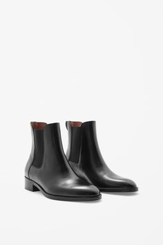 These Chelsea boots are made from smooth polished leather with contrast elasticated inserts. With a comfortable leather lining and cushioned insoles, they have a pull-on leather tab and stacked wooden sole.