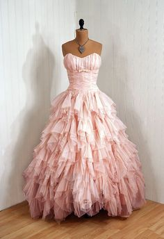 Pretty in Pink: vintage dress. I think I dig the frou-frou. Why do I want to dress up with nowhere to go? Vintage 1950s Dresses, Vestidos Vintage, Vintage Outfits, Vintage Fashion, Vintage Beauty, Vintage Clothing, Girl Clothing, Modern Fashion, Looks Style