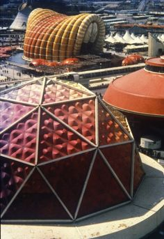 Osaka Expo - Toshibia-IHI Pavilion designed by Kisho Kurokawa Temporary Architecture, Futuristic Architecture, Organic Architecture, Kisho Kurokawa, Photo Expo, Bubble House, Expo Milano 2015, Colani, Pavilion Design