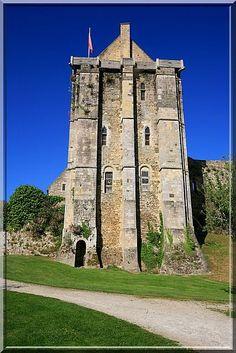 A Saint Sauveur le Vicomte, un curieux château trône au centre ville. Sa particularité est de posséder un donjon Anglais de style Roman pourtant construit au 14ème siècle.