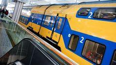 """De maatregelen die zijn genomen door het kabinet, de Nederlandse Spoorwegen (NS), vakbonden en andere belangenorganisaties om mishandeling van NS-personeel tegen te gaan, worden niet goed uitgevoerd.  """"De camera's voor de treinen en de stations komen te laat door een fout in de aanbesteding, de dubbele bezetting van personeel op de risicolijnen lukt niet altijd en de politie is in sommige gevallen nergens te bekennen op een station als een conducteur iemand in zijn kraag heeft gevat"""", aldus…"""