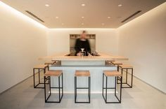 A minimalist tea shop specializing in the unique process of hand dripping green tea has recently been added to Tokyo's Sangenjaya neighborhood. The interior of Tokyo Saryo features a simple bar ce. Cafe Interior, Shop Interior Design, Cafe Design, House Design, Retail Design, Tokyo Restaurant, Restaurant Design, Hidden Lighting, Tea Lounge