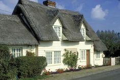 Essex cottage - Country cottage combines a thatched roof and weatherboarding, an uncommon siding materials in England.