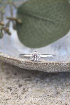 Ein wahrer Klassiker! Dieser Ring mit Brillant Solitär macht den perfekten Verlobungsring! Elegant und zeitlos: ein Ring, der Sie auf alle späteren Lebenswege begleiten wird.