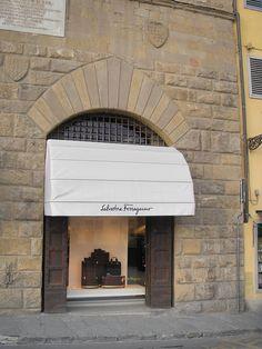 893f21cff275c Salvatore Ferragamo Cafes, Zapatos Italianos, Fachadas De Tiendas,  Escaparates, Tiendas Antiguas,