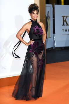 Halle Berry - Kingsman: The Golden Circle, London premier. Estilo Halle Berry, Halle Berry Style, Halle Berry Hot, Fashion Mode, Look Fashion, Fashion Outfits, Fashion Tips, Elie Saab, Hally Berry