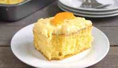 Pig Picking Cake is an easy cake that starts with a boxed cake mix, mandarin oranges and crushed pineapple. It's sunshine in a cake! Dessert Cake Recipes, Healthy Dessert Recipes, No Bake Desserts, Cupcakes, Cake Pops, Nutella, Graham, Twinkie Cake, Pig Pickin