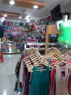 Prendas de vestir para damas en diversos estilos y colores, en  instalaciones más amplias para su mayor comodidad.