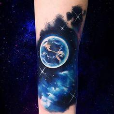 Tatuajes inspirado en el espacio (en proceso), situado en el interior del antebrazo.