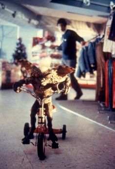 I crackup every time Stripe makes his getaway on the tricycle lol Gremlins is the best Holiday movie ever! Classic 80s Movies, Iconic Movies, Vintage Movies, Best Holiday Movies, Gremlins Gizmo, Fright Night, Weird Creatures, Horror Films, Horror Art
