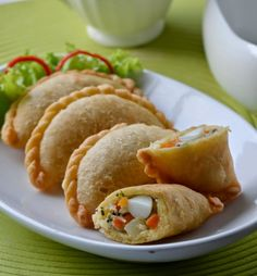Gizi dan Kuliner by Budi: Pastel Isi Ragout Ayam Indonesian Desserts, Indonesian Cuisine, Asian Desserts, Asian Recipes, Spicy Dishes, Frozen Meals, Savory Snacks, Burger, Empanadas