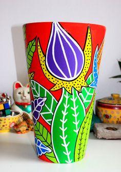 otra conica, diametro 25cm altura 40 cm, tb pintada a mano Painted Clay Pots, Painted Flower Pots, Painted Vases, Hand Painted Ceramics, Clay Flower Pots, Flower Pot Crafts, Clay Pot Crafts, Pottery Painting, Ceramic Painting