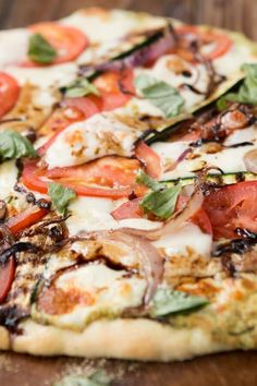 I really struggle to find enough amazing healthy recipes that I love but this grilled vegetable flatbread pizza is awesome!!!