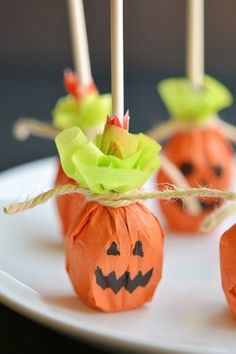 These pumpkin lolly pops are SO EASY to make and they're completely adorable! What a great Halloween party favour idea! Or even a class treat to send to school with the kids! Dulceros Halloween, Adornos Halloween, Manualidades Halloween, Halloween Crafts For Toddlers, Halloween Treat Bags, Halloween Party Favors, Scary Halloween Decorations, Group Halloween, Halloween Cupcakes