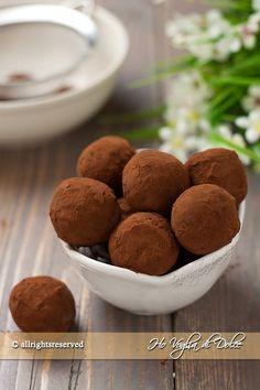 Tartufi al caffè e cioccolato, facili da preparare e senza cottura. Dolcetti ideali per Natale, preparati con cioccolato, caffè e biscotto. Ottimi per feste