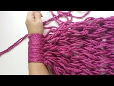 Bufanda infinita con las manos / Infinite scarf with your hand( English Subtitles) Finger Knitting, Arm Knitting, Knitting Patterns, Crochet Patterns, Knitting Projects, Crochet Projects, Crochet Stitches, Knit Crochet, How To Make Scarf