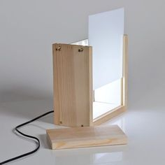 Caja de luz con tu foto favorita – KitKasa - Wooden Lamp, Wooden Diy, Luminaria Diy, Neon Box, Bois Diy, Brass Lamp, Gold Lamps, Diy Holz, Lamp Light