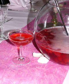 """750g vous propose la recette """"Soupe de champagne fraises et framboises"""" notée 4/5 par 233 votants."""