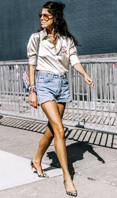 Check out all 11 of Leandra Medine& fashion week outfits. Kitten Heels Outfit, Heels Outfits, Mode Outfits, Casual Outfits, Leandra Medine, Street Style 2017, Street Styles, Mode Shorts, Estilo Hippie Chic
