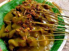 Sate Padang (Padang-style Ox Satay in Yellow Sauce) Recipe. Indian Food Recipes, Asian Recipes, Beef Recipes, Skewer Recipes, Yummy Recipes, Sate Padang, Satay Recipe, Indonesian Cuisine, Indonesian Recipes