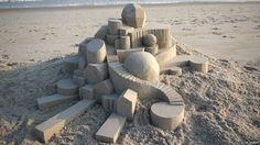 Calvin Seibert construye castillos de arena inspirados en la arquitectura moderna. Sus esculturas son mínimas en apariencia pero complejas en su forma.
