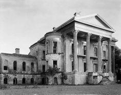 Belle Grove plantation, around 1938. Built near White Castle north of New Orleans on the Mississippi River, it was one of the largest plantations built just prior to the Civil War. Abandoned in 1924, it gradually deteriorated until it burned in 1952.