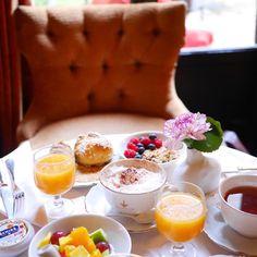 «Merveilleux  petit déjeuner au @pavillon_de_la_reine ce matin en compagnie de @marion_madame!☕️ Un super accueil et quel endroit»