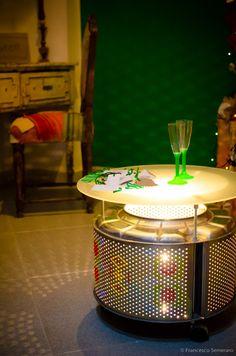 Lampada-tavolino ricamato realizzato con un cestello di lavatrice