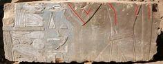 Representación de Hatshepsut  Representación femenina de Hatshepsut (en rojo) que posteriormente fue reemplazada por la imagen de un rey varón.