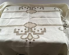 Vintage cross stitched table cloth White brown cross stitched table cloth Embroidered table cloth Cross stitched linen table cloth from Sweden. Floral Embroidery, Embroidery Stitches, Vintage Cross Stitches, Linen Tablecloth, Pink Beige, Woven Rug, Handmade Rugs, Vintage Floral, Art Decor