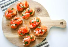 Tomato bruschetta is always a crowd favorite over the holidays, at parties or even as a quick appetizer before dinner at him. Quick and super easy to make! Italian Appetizers, Quick Appetizers, Party Appetizers, Appetizer Ideas, Appetizer Dishes, Vegan Appetizers, Christmas Appetizers, Appetizer Recipes, Fried Mac And Cheese