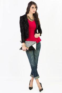 El look perfecto para un viernes.  Jeans: Q.465 Chaqueta: Q.315 Blusa Roja: Q.225 Collar Dorado: Q.135 Cartera: Q.345 Zapatos: Q.335