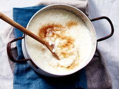 Milch, Reis, Zucker und etwas Salz - mehr brauchen Sie nicht fürs klassische Milchreis-Rezept. Wir zeigen Ihnen, wie die Zubereitung gelingt.