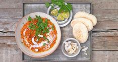 Dal sind typisch indische Linsengerichte. Mit Tomaten und Kokosmilch, Koriander und knusprigen Kokosflocken werden rote Linsen zu einer veganen Delikatesse. Valeur Nutritive, Vinaigrette, Hummus, Healthy Recipes, Healthy Meals, Healthy Food, Curry, Vegetarian, Cheese