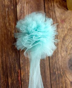 Learn how to make a beautiful and totally easy DIY Tulle Gift Bow with this easy Diy crafts tutorial to add a pretty finishing touch to all of your gifts. Perfect for Christmas gifts, birthday gifts, baby shower gifts, wedding shower gifts, and MORE! Baby Shower Gifts To Make, Wedding Shower Gifts, Bridal Shower, Gift Wrapping Bows, Gift Bows, Wrapping Ideas, Cheap Christmas Gifts, Christmas Bows, Christmas Stuff