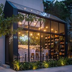 Image 1 of 13 from gallery of Coffeetown Shop / TRPC Arquitetos. Photograph by Adalberto Vilela Maria e Paula Romano Cafe Shop Design, Coffee Shop Interior Design, Small Cafe Design, Restaurant Interior Design, Café Exterior, Design Exterior, Facade Design, Store Concept, Best Office